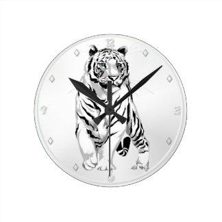 Tigre blanco majestuoso reloj redondo mediano