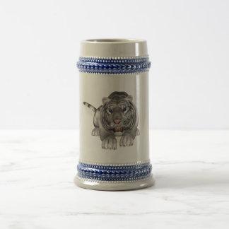 Tigre blanco que se agacha jarra de cerveza