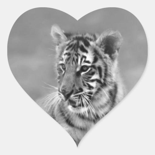 Tigre de bebé en blanco y negro pegatina en forma de corazón