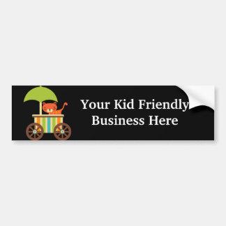 Tigre de bebé lindo en los regalos negros para el  etiqueta de parachoque