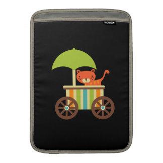 Tigre de bebé lindo en los regalos negros para el  funda  MacBook