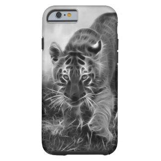 Tigre de bebé que acecha en blanco y negro