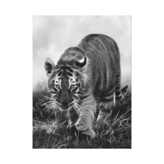 Tigre de bebé que acecha en blanco y negro lona envuelta para galerías