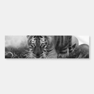 Tigre de bebé que acecha en blanco y negro pegatina para auto