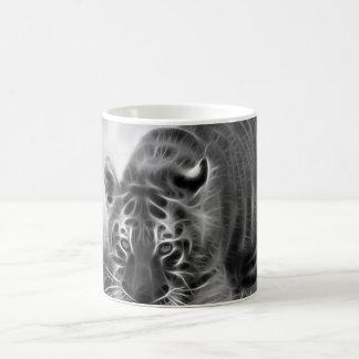 Tigre de bebé que acecha en blanco y negro taza