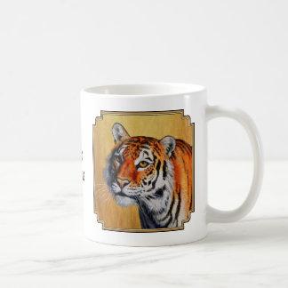 Tigre de Bengala anaranjado que ronda Taza Básica Blanca