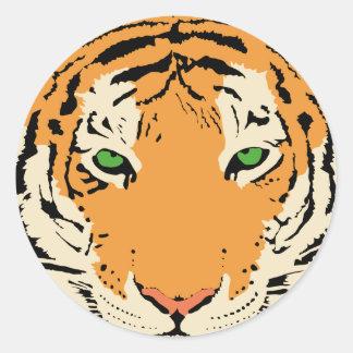 Tigre de ojos verdes enojado pegatina redonda
