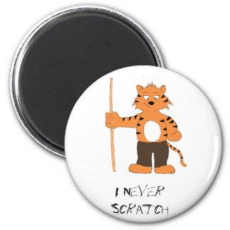 Tigre del dibujo animado con taco de billar imán redondo 5 cm
