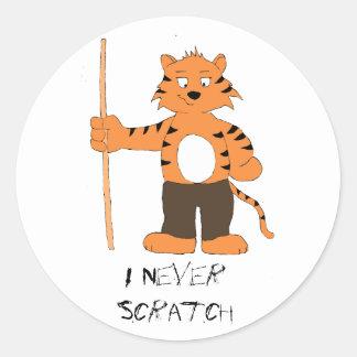 Tigre del dibujo animado con taco de billar pegatina redonda