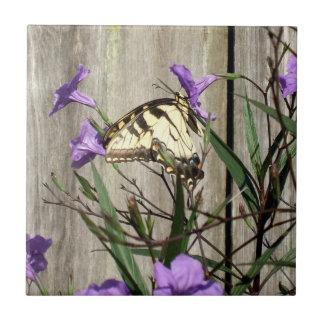 Tigre del este increíble Swallowtail en petunias Azulejo Cuadrado Pequeño