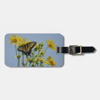 Tigre del este Swallowtail en margaritas amarillas Etiquetas Maletas