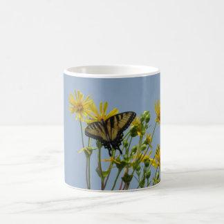 Tigre del este Swallowtail en margaritas amarillas Taza
