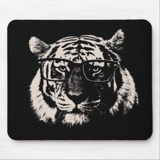Tigre del inconformista con los vidrios tapetes de raton