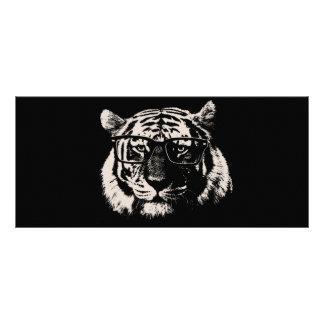 Tigre del inconformista con los vidrios tarjeta publicitaria a todo color
