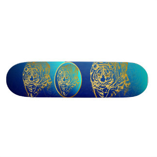 Tigre del oro en el monopatín de la hierba skateboard