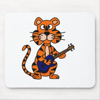 Tigre divertido que toca la guitarra eléctrica azu tapetes de raton
