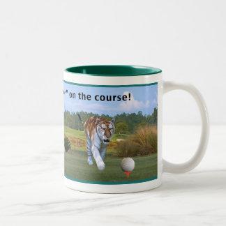 Tigre en la taza del campo de golf