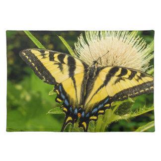 Tigre occidental Swallowtail en un cardo Mantel