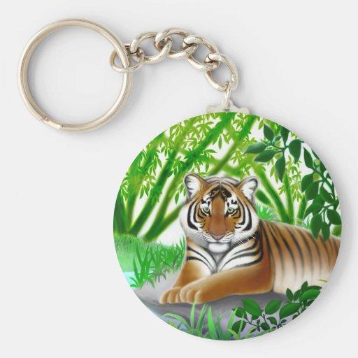 Tigre pacífico en el llavero de bambú de la selva