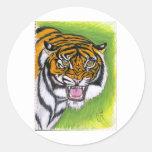 Tigre que gruñe etiquetas redondas