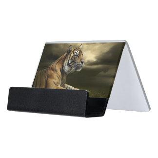 Tigre que mira y que se sienta debajo del cielo caja de tarjetas de visita para escritorio