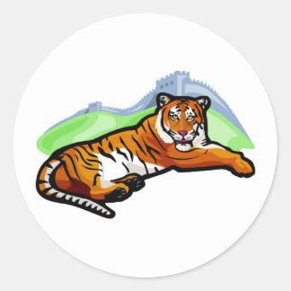 Tigre que se relaja etiquetas redondas