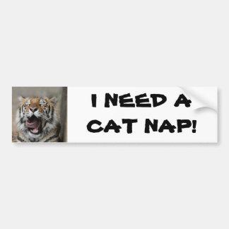 Tigre soñoliento etiqueta de parachoque