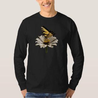 Tigre Swallowtail en el Zinnia blanco para hombre Remera