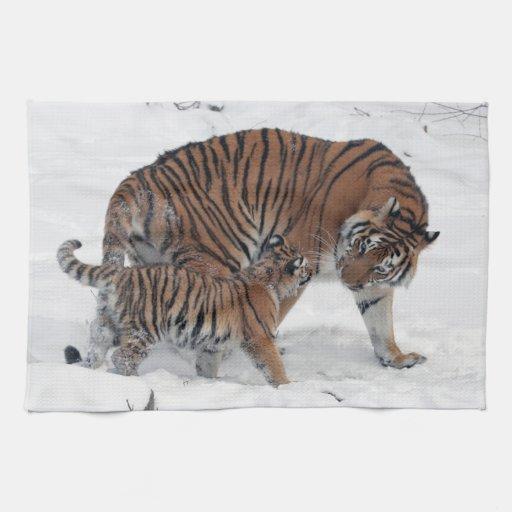 Tigre y cachorro en la foto hermosa de la nieve, r toalla de mano