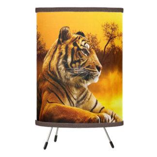 Tigre y lámpara del trípode de la puesta del sol