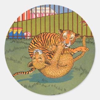 tigre y leopardo que luchan pegatina redonda