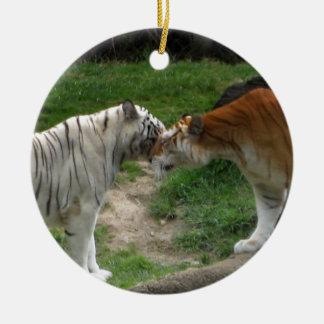 Tigres del ~ del ornamento del amor del tigre adorno navideño redondo de cerámica
