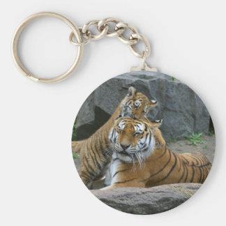 Tigresa y cachorro de tigre juguetón 1 llavero redondo tipo pin