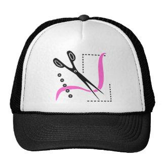 Tijeras, hilo ocupado y botones cosiendo tema gorras