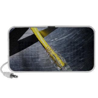 Tijeras que cortan el cable de conexión de Etherne iPod Altavoz