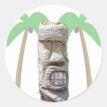 Tiki y palmeras etiqueta redonda