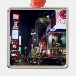 Times Square en la noche en Manhattan, Nueva York Adorno Cuadrado Plateado
