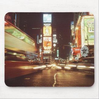 Times Square en la noche Tapetes De Ratón
