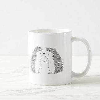 Tinta del erizo que dibuja amor lindo de los taza de café