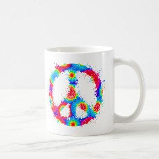 Tinta del teñido anudado del símbolo de paz taza básica blanca