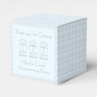 Tinta minúscula de la casa que dibuja estreno de cajas para regalos