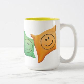 Tintineo del tintineo poca taza sonriente enorme