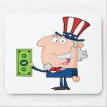 Tío Sam con llevar a cabo un billete de dólar Alfombrillas De Ratón
