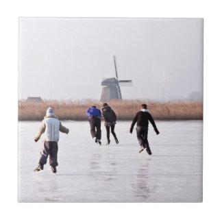 Típicamente holandés: patinaje de hielo en un lago azulejo cuadrado pequeño