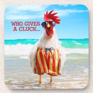 Tipo Chillin del gallo en la playa en troncos de Posavasos De Bebida