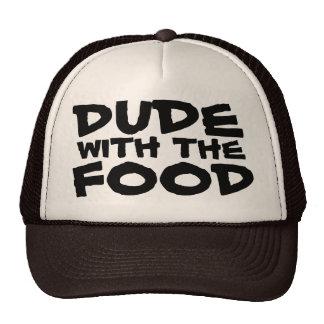 Tipo con el gorra del camionero de la barbacoa de