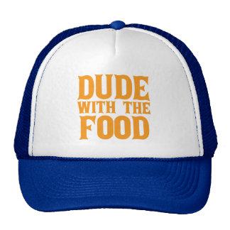 Tipo con el naranja de la comida gorras de camionero