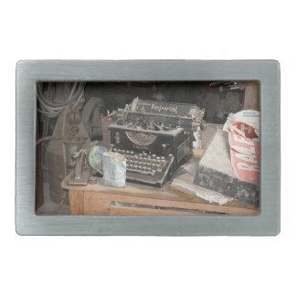 Tipo escritor del vintage en taller polvoriento de hebilla cinturon rectangular