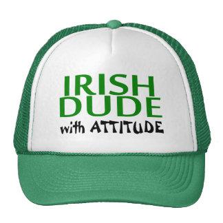 Tipo irlandés con actitud gorros