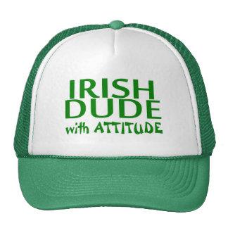 Tipo irlandés con actitud gorras de camionero